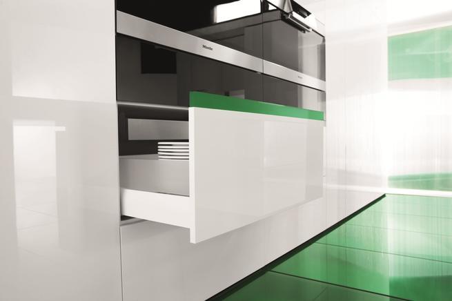 Drzwi przesuwne, szuflady i oświetlenie kuchenne. Projekty kuchni nowoczesne i funkcjonalne