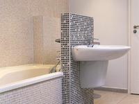 Płytki łazienkowe – mozaika pomysłów. Jasny wystrój wnętrza
