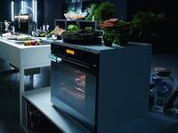 Czarne szkło i stal szlachetna w nowoczesnej kuchni. Kolekcja Crystal Franke