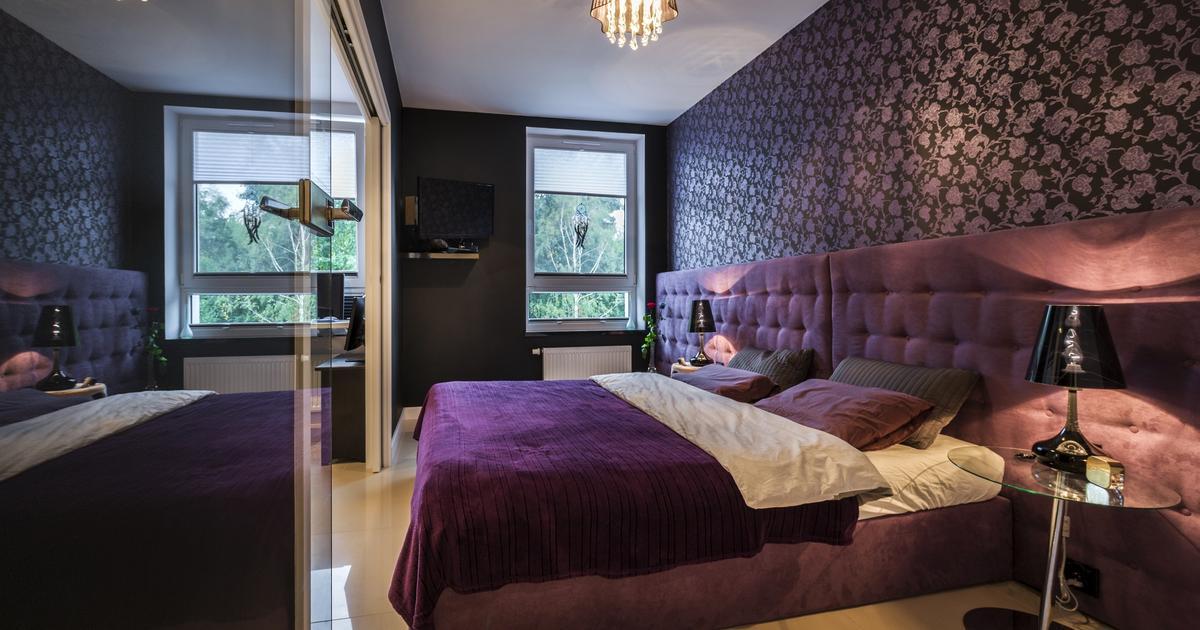 fioletowa sypialnia i niebanalne ściany w sypialni sposo