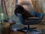 Pomysł na kącik biurowy w salonie – biurka i krzesła do salonu
