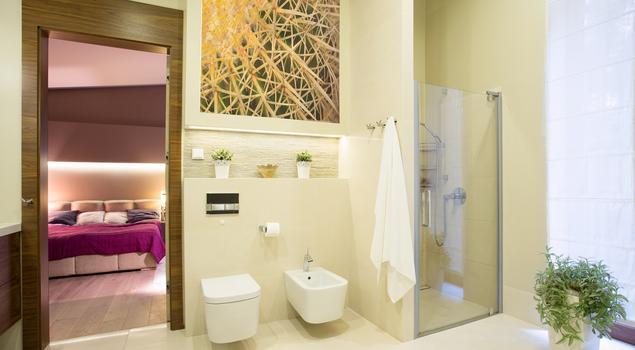 Elegancka łazienka ecru. Beżowa łazienka z naturą w tle