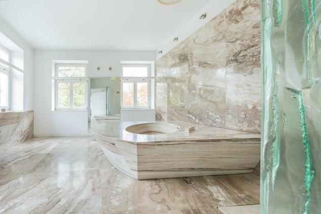 Kamień w łazience – jasna marmurowa łazienka