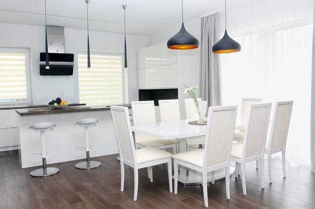 Kuchnia bez uchwytów – biała kuchnia z jadalnią