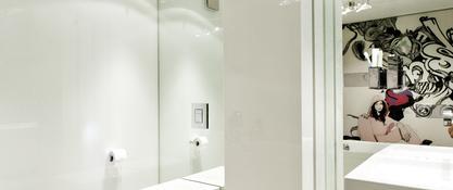 GOSZCZDESIGN minimalistyczne wnętrze, w którym dominuje biel i grafika na scianie
